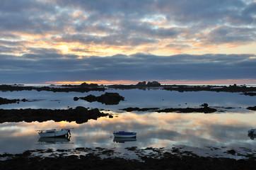 Coucher de soleil avec de beaux reflets dans la mer