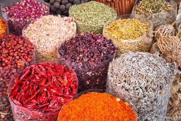 Fotorolgordijn Kruiden Spices and herbs on the Deira market of Dubai, UAE