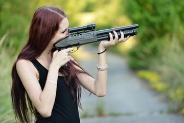 Jeune femme avec le pistolet