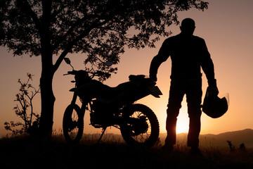 gündoğumu motorsikletle doğa gezisi