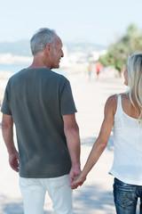 aktive senioren machen einen spaziergang