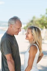 attraktives seniorenpaar schaut sich an