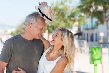 lachendes best-ager paar hat spaß