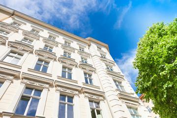 Haus und Baum - Altbau in Berlin