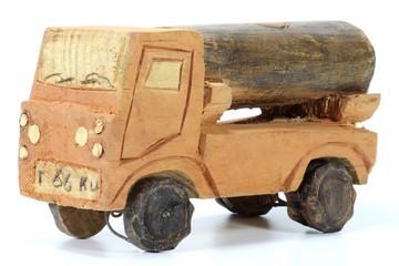 Holzauto aus Afrika isoliert auf weißem Hintergrund