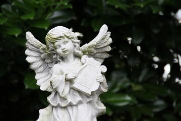 Engel spielt Harfe
