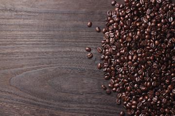 テーブルの上のコーヒー豆