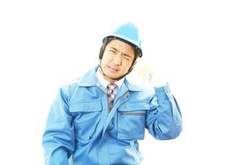 疲れた表情の作業員
