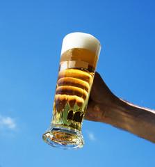 En öl-sejdel mot en blå himmel
