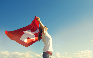 Frau mit Schweizer Fahne
