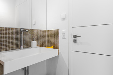 Waschbecken in einem kleinen Bad