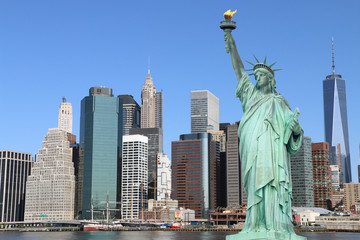 Poster Lieux connus d Amérique Manhattan Skyline and The Statue of Liberty