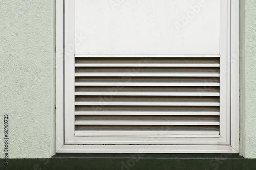 ein l ftungsgitter aus aluminium in einer t r integriert stockfotos und lizenzfreie bilder auf. Black Bedroom Furniture Sets. Home Design Ideas