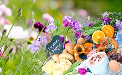 Guten Morgen: Leckeres Frühstück vor bunter Blumenwiese :)