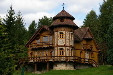 Holz Märchenhaus im Harz mit Turm
