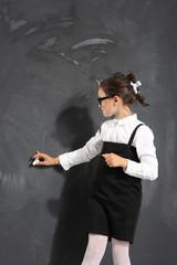 uczennica pisze na tablicy