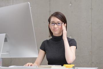 デスクワーク中の若い女性