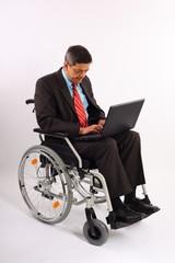 Mann im Rollstuhl mit Notebook