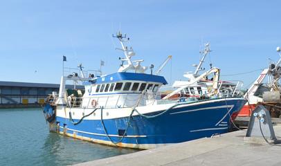 Vieux chalutier amarré sur le quai du port de Boulogne sur Mer