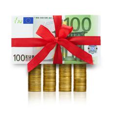 Hundert Euroscheine und Münzen
