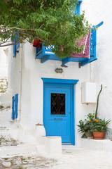 Fototapete - Griechischer Baustil auf den Kykladen: Blaue Türe, Fassade