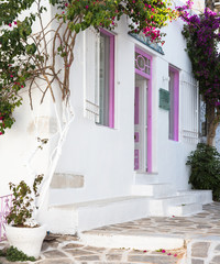 Fototapete - Typisch griechische Hausfassade - bunt in rosarot.
