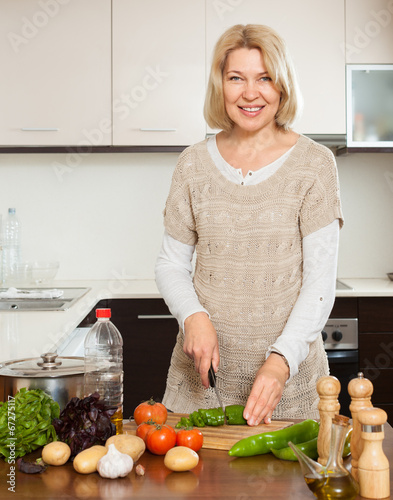 Mature housewife Sarah Bricks cooking something hot in kitchen № 259248 бесплатно