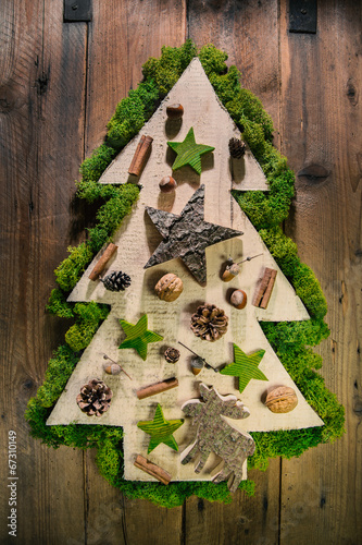weihnachtsbaum aus holz mit nat rlicher dekoration im advent stockfotos und lizenzfreie bilder. Black Bedroom Furniture Sets. Home Design Ideas
