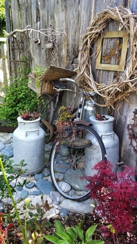 Fahrrad milchkanne picknickkorb dekoration garten shabby stockfotos und lizenzfreie bilder auf - Gartendeko fahrrad ...