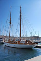Voilier dans un port méditerranéen