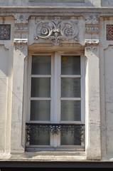 Fenêtre avec linteau sculpté