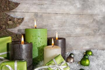 Vier Adventskerzen: Weihnachten Dekoration in grün