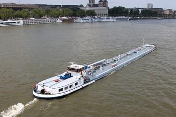 Binnenschiff auf dem Rhein in Köln