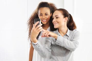 Dwie kobiety z telefonem komórkowym