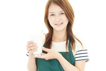 牛乳を飲む笑顔の女性
