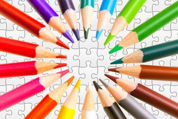 crayons de couleur sur puzzle