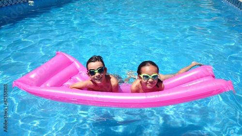 Ni os en la piscina sobre colchoneta fotos de archivo e im genes libres de derechos en fotolia - Colchonetas para piscina ...