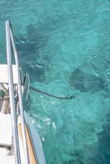 Yacht ankert in türkisem Wasser