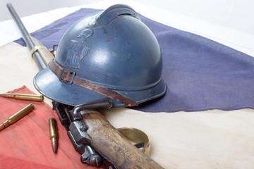 casque francais de la grande guerre avec un fusil