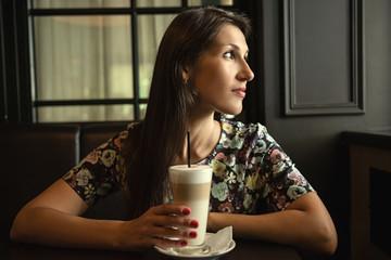 Портрет красивой девушки в кафе