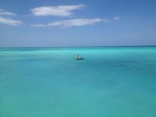bateau seul dans lagon a zanzibar