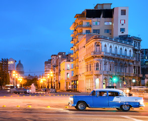 Papiers peints La Havane Urban scene at night in Old Havana