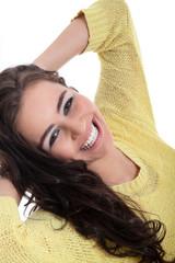 Junge hübsche Frau lacht sympathisch