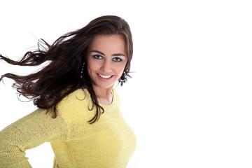 Junge hübsche Frau lächelt mit Schwung