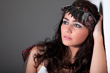 Junge hübsche Frau mit Kopftuch blickt in die Ferne