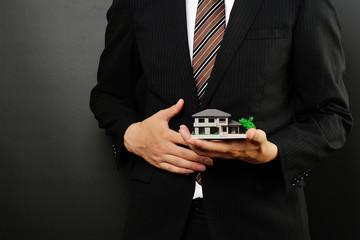 モデルハウスを持っているビジネスマン