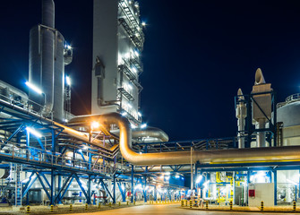 Photo sur Aluminium Bat. Industriel piping system at night