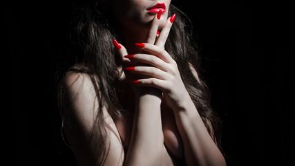 ragazza con mani incrociate e unghia e labbra rosse