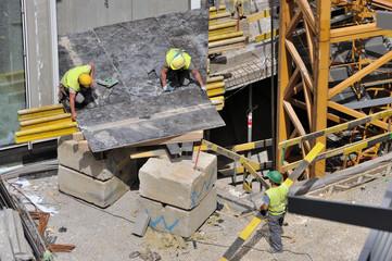 Pose de plaques de coffarge sur chantier