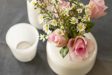 Foto auf Acrylglas Blumenhändler Roze bloemen in witte vaas